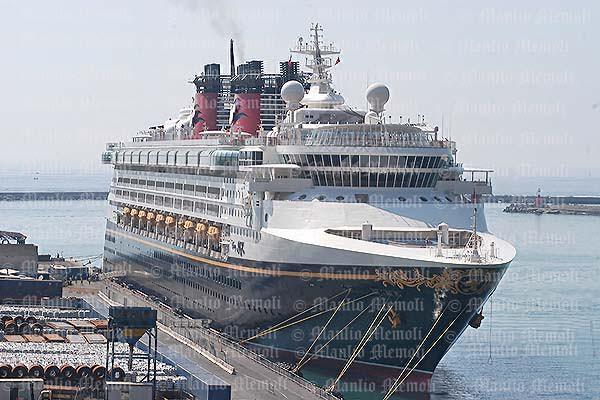 Maestosa ed allegra: ecco la Disney Magic nel porto di Salerno