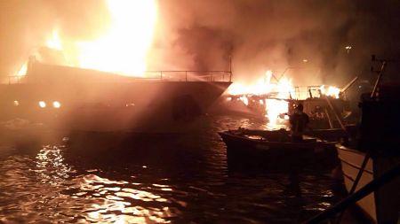 incendio barca notte porto 1