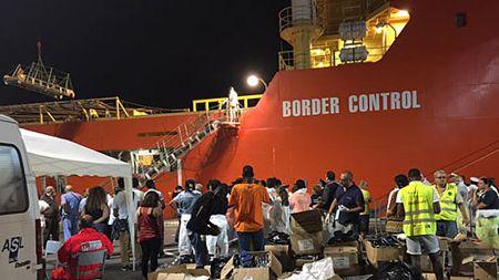 migranti porto di salerno 2