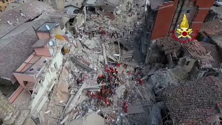 Terremoto, morti: si scava tra le macerie. Dalla Calabria pronti a intervenire