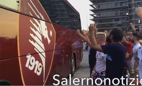 Arrivo_pullman_Salernitana_esterno_tifosi