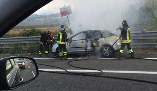 Autostrada Salerno-Reggio: auto in fiamme tra Pugliano e Battipaglia