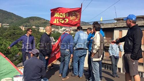 operai_fonderie_pisano_protesta_tetto_2
