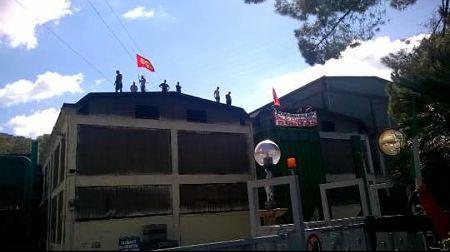 fonderie-pisano-lavoratori-sul-tetto