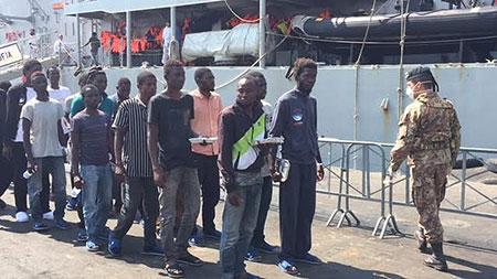 migranti-salerno-sbarco-settembre-2016-1