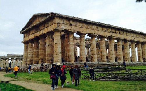 turisti_Paestum_templi