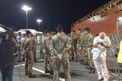Salerno: sbarcano dalla Siem Pilot mille migranti, uno è morto