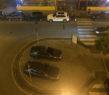 auto-parcheggiate-sul-marciapiedi-1