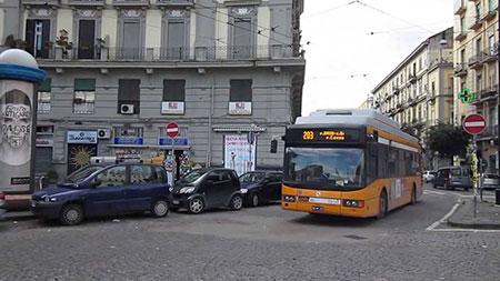 Napoli. Ennesima violenza contro un autista Anm: accoltellato da un pedone