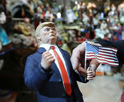 Pugni stretti in segno di vittoria: così Trump entra nel Presepe napoletano