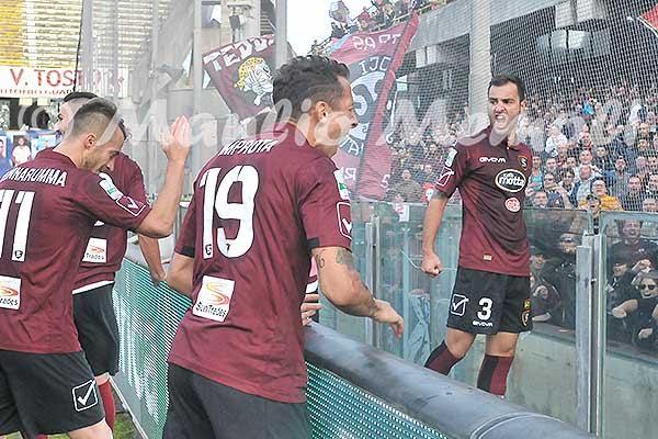 salernitana-ternana-2016-24-calciatori-esultano-sotto-la-curva