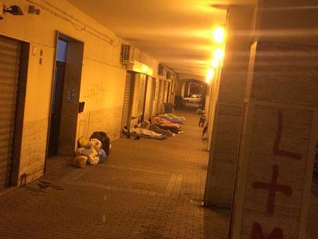 torrione-profughi-che-dormono-sotto-i-portici