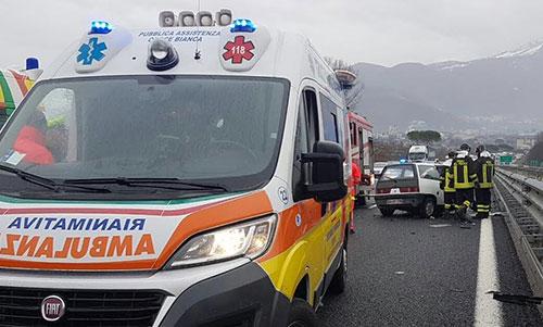 Milano, maxi incidente sulla Vigevanese: scontro tra pullmino e tir