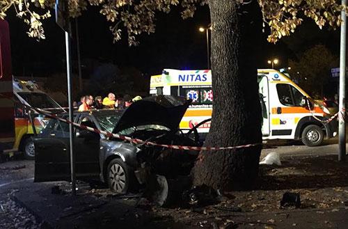 Incidente mortale: auto contro albero, perde la vita un uomo