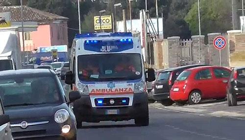ambulanza strada giorno