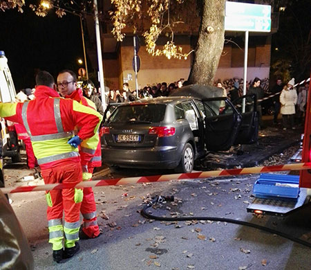 Terribile incidente a Salerno: auto si schianta contro un albero