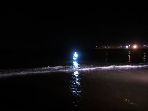 uomo-luminoso-si-tuffa-in-mare-3