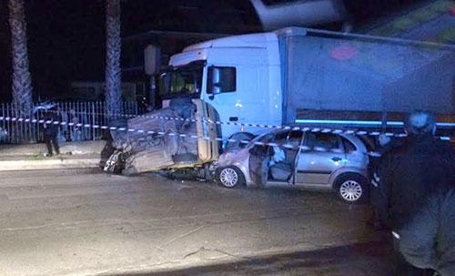 Auto si schianta contro un tir: 4 i feriti