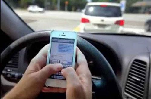 Alla guida con il cellulare, patente sospesa da uno a tre mesi