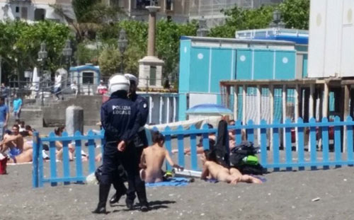 Nude in spiaggia a Minori, il sindaco: