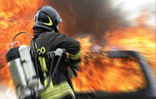 Maiori, motore a fuoco mentre guida: spavento per due donne