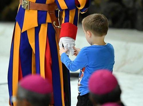 Bimbo elude la sicurezza e sale sul palco durante l'udienza del Papa
