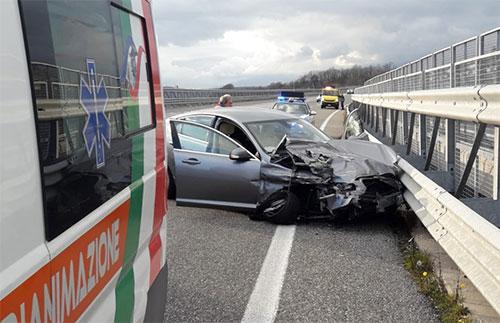 Auto contro guard rail sul'A2 nei pressi di Sicignano, feriti marito e moglie