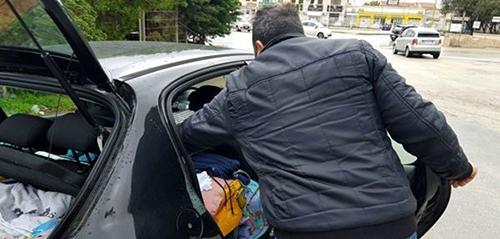 Paga l'affitto ad una famiglia costretta a vivere in auto