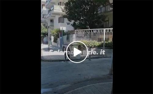 Salerno: tutto nudo si fa la doccia in strada in Via Clark