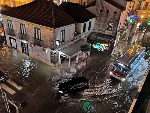 Salerno allagata, strade come fiumi: città in ginocchio – VIDEO