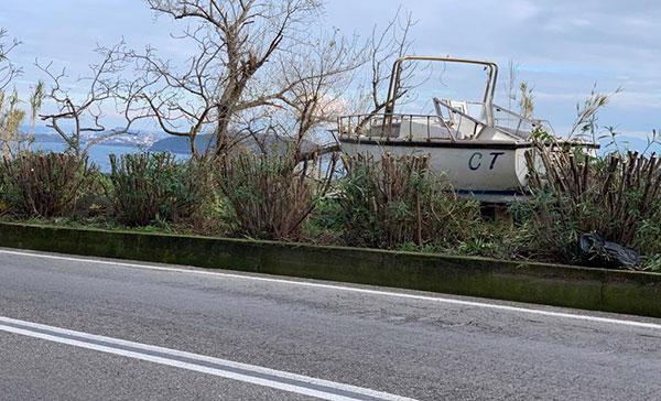 Ischia: una barca ritrovata tra le aiuole della superstrada, si indaga
