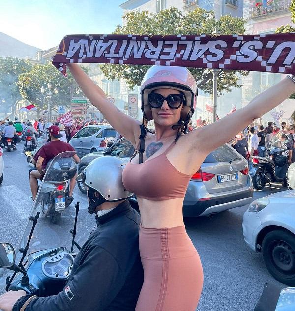 Anche l'attrice e tifosa salernitana Priscilla in giro per la città a  festeggiare - Salernonotizie.it